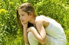 Chica joven linda en un parque Fotos de archivo libres de regalías