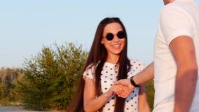 Chica joven linda europea alegre elegante sonriente feliz hermosa en la blusa blanca y de largo el pelo bien arreglado liso oscur almacen de video