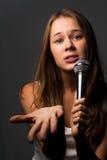 Chica joven linda que canta Fotos de archivo libres de regalías
