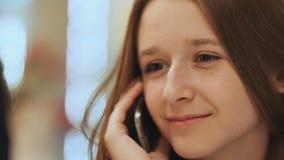 Chica joven linda que habla en un teléfono celular Primer Imágenes de archivo libres de regalías