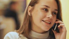 Chica joven linda que habla en un teléfono celular Primer Foto de archivo libre de regalías