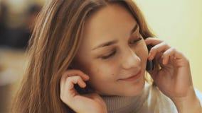 Chica joven linda que habla en un teléfono celular Primer Fotos de archivo libres de regalías