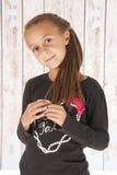 Chica joven linda que juega con su pelo delante del granero Fotos de archivo