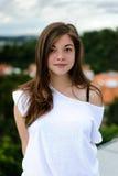 Chica joven linda que mira en la cámara Fotografía de archivo