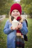 Chica joven linda que sostiene la taza del cacao con Marsh Mallows Outside Fotografía de archivo