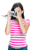 Chica joven linda que toma una foto Fotografía de archivo libre de regalías