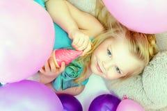 Chica joven linda sonriente que presenta en la cámara, primer Imagenes de archivo