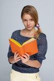 Chica joven lista con un libro Imagen de archivo libre de regalías