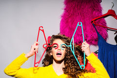 Chica joven loca con ropa Imágenes de archivo libres de regalías