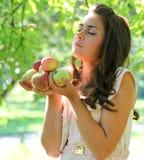 Chica joven magnífica con las manzanas Imagen de archivo libre de regalías