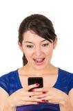 Chica joven magnífica que manda un SMS con el teléfono celular Imágenes de archivo libres de regalías