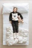 Chica joven maravillosa que miente en la cama imagen de archivo