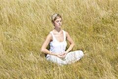 Chica joven meditating Foto de archivo