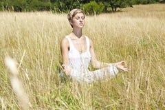 Chica joven meditating Imagenes de archivo