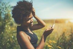 Chica joven mezclada que hace el selfie en prado Foto de archivo libre de regalías