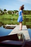 Chica joven morena emocionada que vuela su pelo largo Imagen de archivo