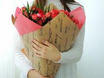 Chica joven, muchacha adolescente que sostiene el ramo de rosas rosadas, rojas Foto de archivo libre de regalías