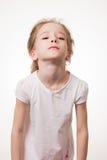 Chica joven muy frustrada aislada en el fondo blanco Imágenes de archivo libres de regalías