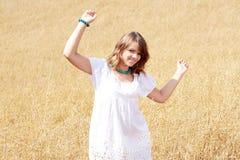Chica joven natural en el campo Foto de archivo