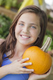 Chica joven observada azul con la calabaza en el mercado Imagen de archivo