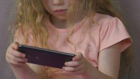 Chica joven obsesionada con smartphone, technoference y mún comportamiento de los niños almacen de video