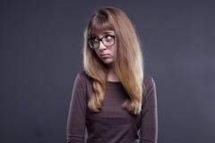 Chica joven ofendida en vidrios Imagen de archivo libre de regalías