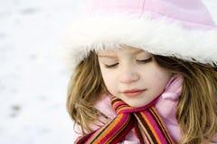 Chica joven pensativa con el abrigo esquimal en la nieve Imágenes de archivo libres de regalías