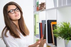Chica joven pensativa en el trabajo Imagen de archivo