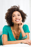 Mujer que miente en el sofá Imagen de archivo