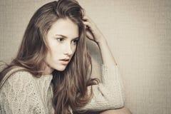 Chica joven pensativa que parece confundida sobre problemas Fotos de archivo libres de regalías