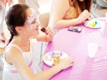 Chica joven pintada cara Foto de archivo libre de regalías