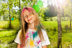 Chica joven pintada en colores del festival de Holi Imagen de archivo