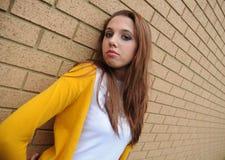 Chica joven por la pared Imagenes de archivo