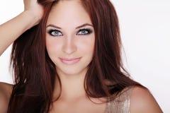 Chica joven positivamente sonriente con los ojos azules e isola largo del pelo Foto de archivo