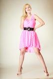 Chica joven preciosa que lleva el vestido rosado corto Fotos de archivo libres de regalías