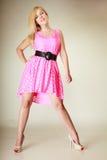 Chica joven preciosa que lleva el vestido rosado corto Foto de archivo libre de regalías
