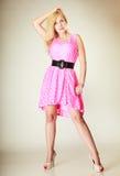 Chica joven preciosa que lleva el vestido rosado corto Imagen de archivo libre de regalías