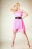 Chica joven preciosa que lleva el vestido rosado corto Foto de archivo