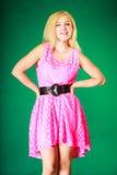 Chica joven preciosa que lleva el vestido rosado corto Fotos de archivo