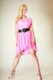 Chica joven preciosa que lleva el vestido rosado corto Imágenes de archivo libres de regalías