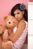 Chica joven que abraza el oso del juguete Imagen de archivo libre de regalías