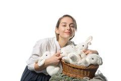 Chica joven que abraza mucho rabbits2 blanco Fotografía de archivo
