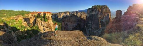 Chica joven que admira la opinión panorámica de la montaña y del monasterio de Meteora Imagen de archivo