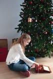 Chica joven que adorna el árbol de navidad Fotografía de archivo