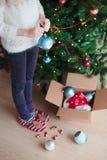 Chica joven que adorna el árbol de navidad Fotografía de archivo libre de regalías