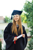 Chica joven que agarra feliz una voluta Imagen de archivo libre de regalías