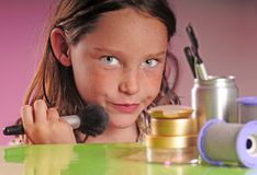 Chica joven que aplica maquillaje Foto de archivo