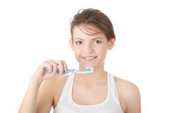 Chica joven que aplica sus dientes con brocha feliz Imagen de archivo
