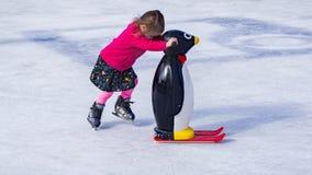 Chica joven que aprende al patín de hielo Fotos de archivo libres de regalías