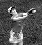 Chica joven que aprende coger una bola imagen de archivo